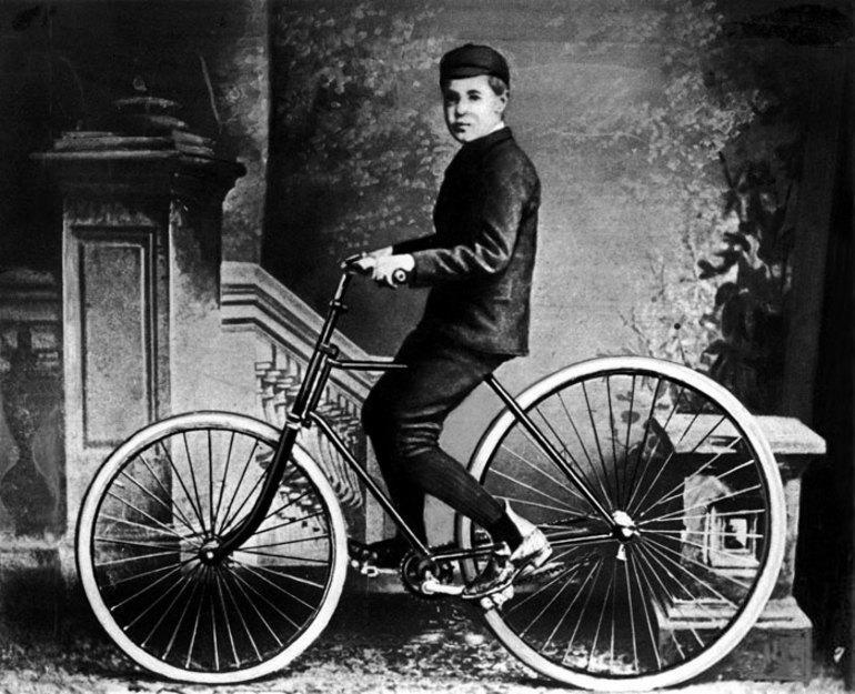 Шотландец Джон Бойд Данлоп поставил на велосипед каучуковые покрышки