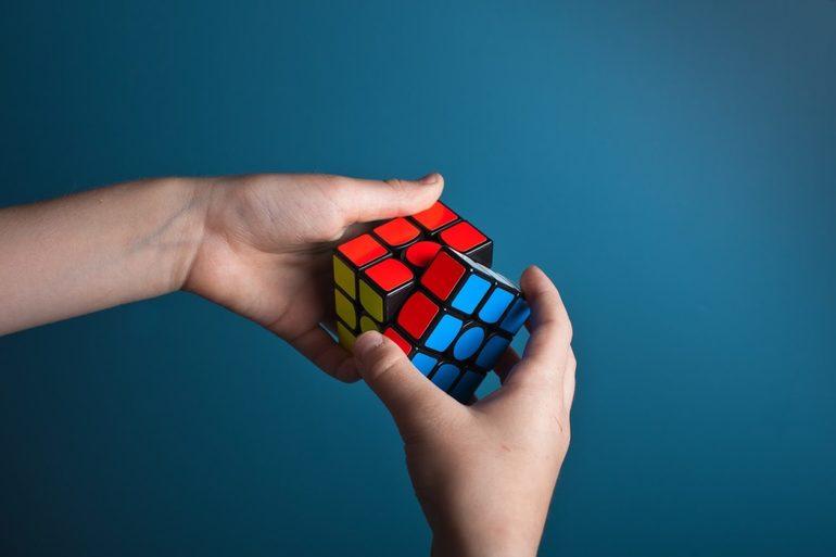 Складывать кубик рубика